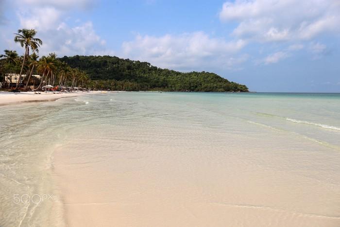 Bãi biển mênh mông, cát trắng tinh khôi