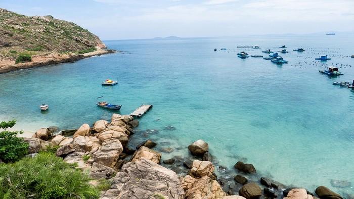 Quy Nhơn cũng là 1 trong những vùng biển xanh trong thấy đáy ở Việt Nam