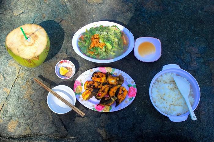 Bữa cơm bình dị trên đất Côn Sơn