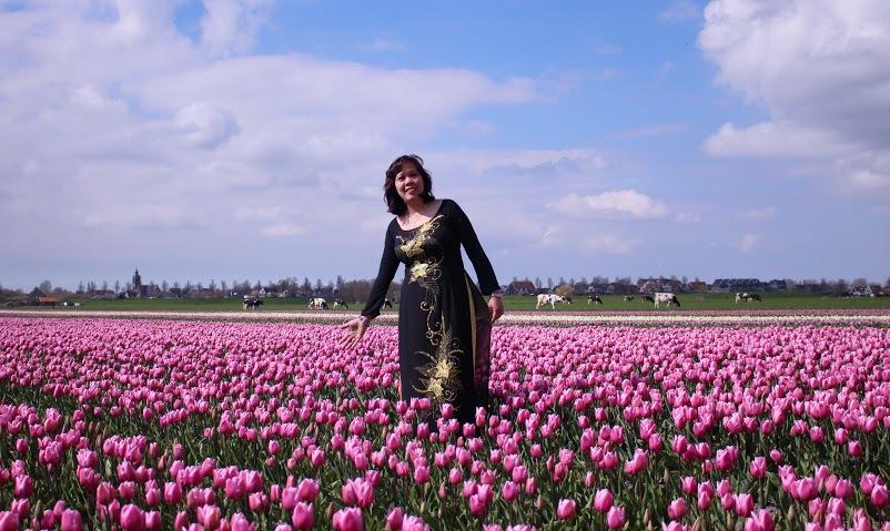 Ở Hà Lan người dân đi xe đạp rất nhiều. Du khách đến đây cũng có thể thuê những chiếc xe đạp để du ngoạn, thăm thú cánh đồng hoa trải dài.