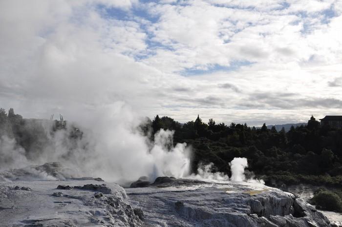 Rotorua là thành phố nằm ở trung tâm đảo Bắc của New Zealand. Nơi đây có nhiều mạch nước phun, suối nước nóng và các bể bùn sôi, gây ấn tượng với du khách bởi mùi lưu huỳnh, giống hệt mùi trứng thối.