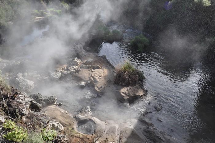 Thế nhưng ít ai biết rằng khởi nguồn của thành phố này lại là một bi kịch, khi nơi đây từng bị phá hủy bởi núi lửa Tarawera phun trào năm 1886.