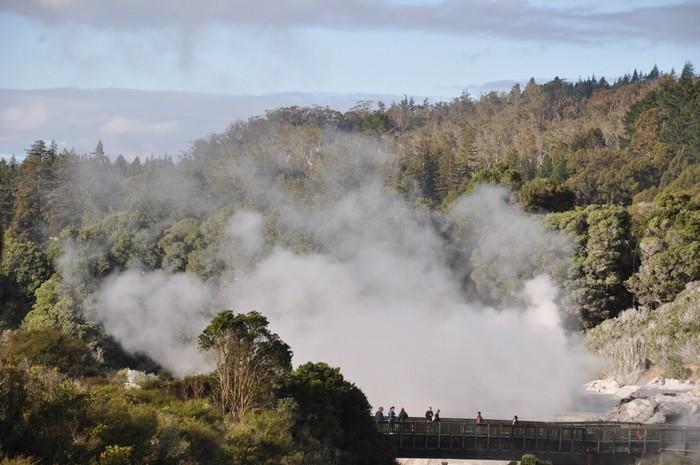 Mùi lưu huỳnh, hay nhiều người gọi đó là mùi trứng thối, trở thành nét đặc trưng của mảnh đất Rotorua, một trong những nơi hiếm hoi trên trái đất có dấu ấn không thể xóa nhòa.