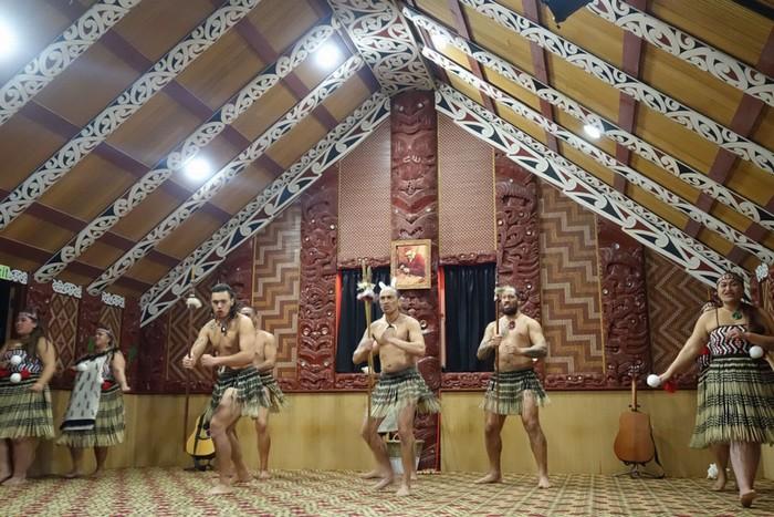 Một trong những điều làm du khách ấn tượng phải kể đến vũ điệu chiến tranh của bộ lạc Wahiao ra đời khoảng 225 năm trước. 27 thanh niên trai tráng cầm cây giáo trong tư thế sẵn sàng, nhảy điệu nhảy hoang dã và hát vang bản thánh ca của tộc mình trước cuộc chiến. Tên đầy đủ của điệu nhảy này là Te Whakarewarewatanga Oteo Petaua Wahiao.