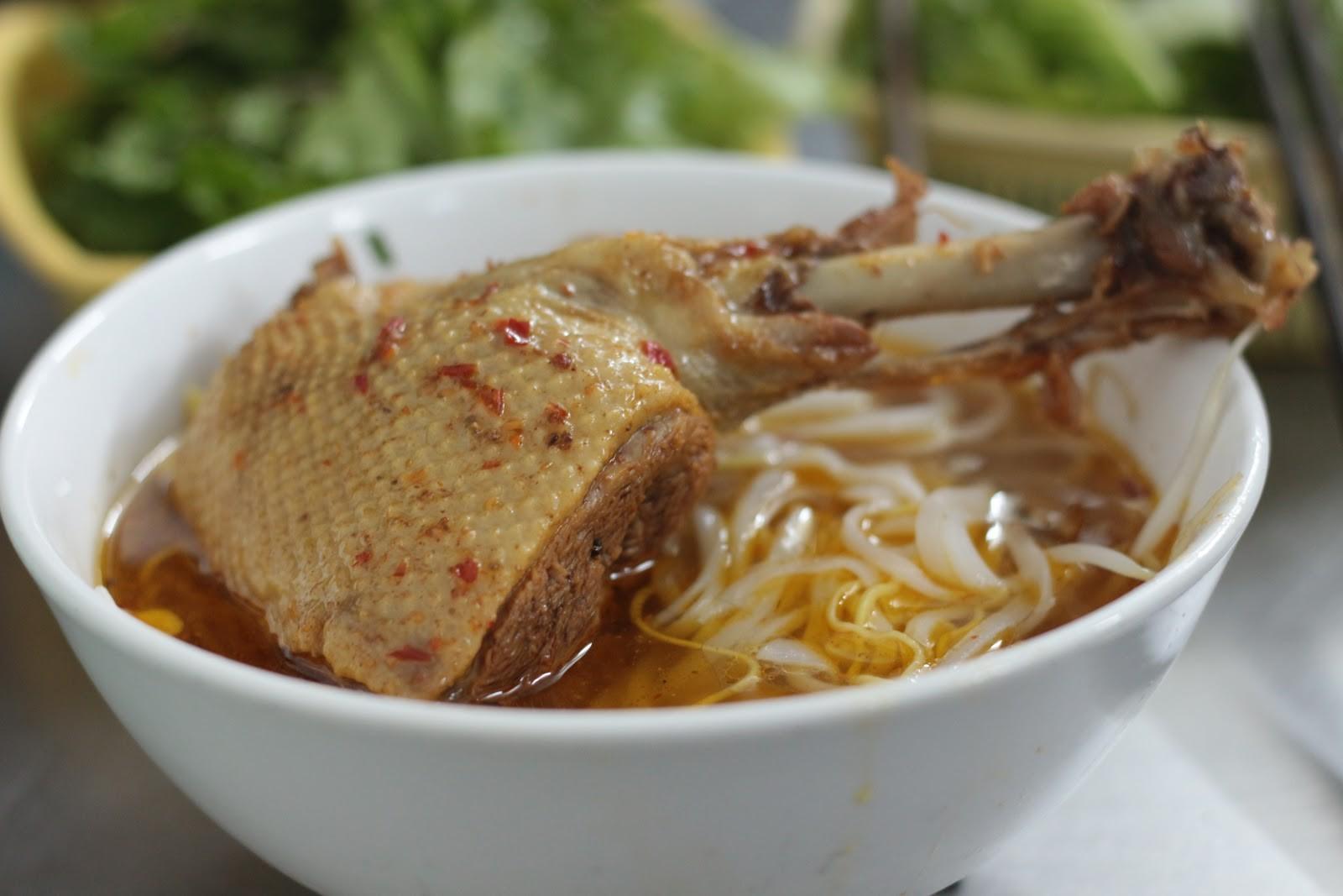 Có cả những biến thể nấu với vịt, chẳng hạn như mì Quảng vịt Phan Thiết này
