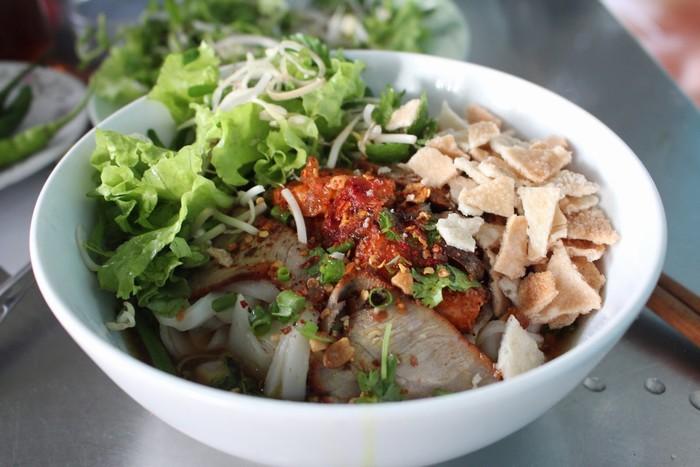 Cả mì Quảng và cao lầu đều được dùng với rất nhiều loại rau để dậy vị