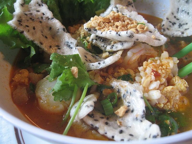 Mì Quảng thì dùng loại bánh đa giòn, bẻ vụn và trộn ăn chung