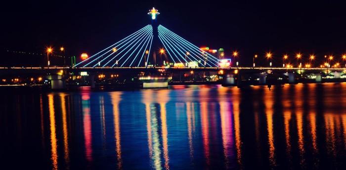 Đó là cầu sông Hàn lung linh huyền ảo