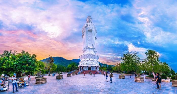 Nơi có chùa Linh Ứng với tượng Phật Bà Quan Âm cao sừng sững