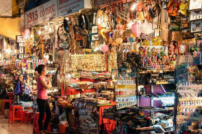 Tấp nập chợ Bến Thành buổi tối