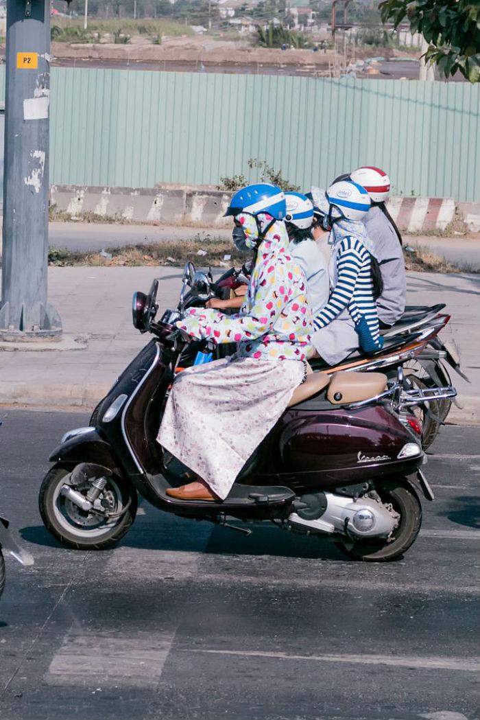 Thời trang đi xe máy phổ biến ở thành phố này