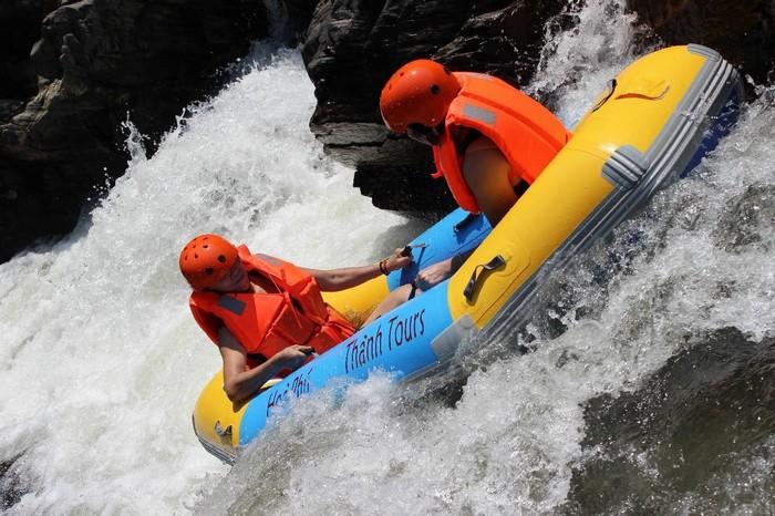 Cảm giác mạnh với vượt thác bằng thuyền cao su tại khu du lịch Hòa Phú Thành