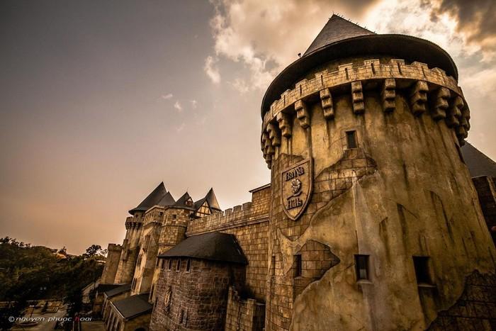 Fantasy Park tựa như một lâu đài cổ ẩn dấu bao điều bí ẩn