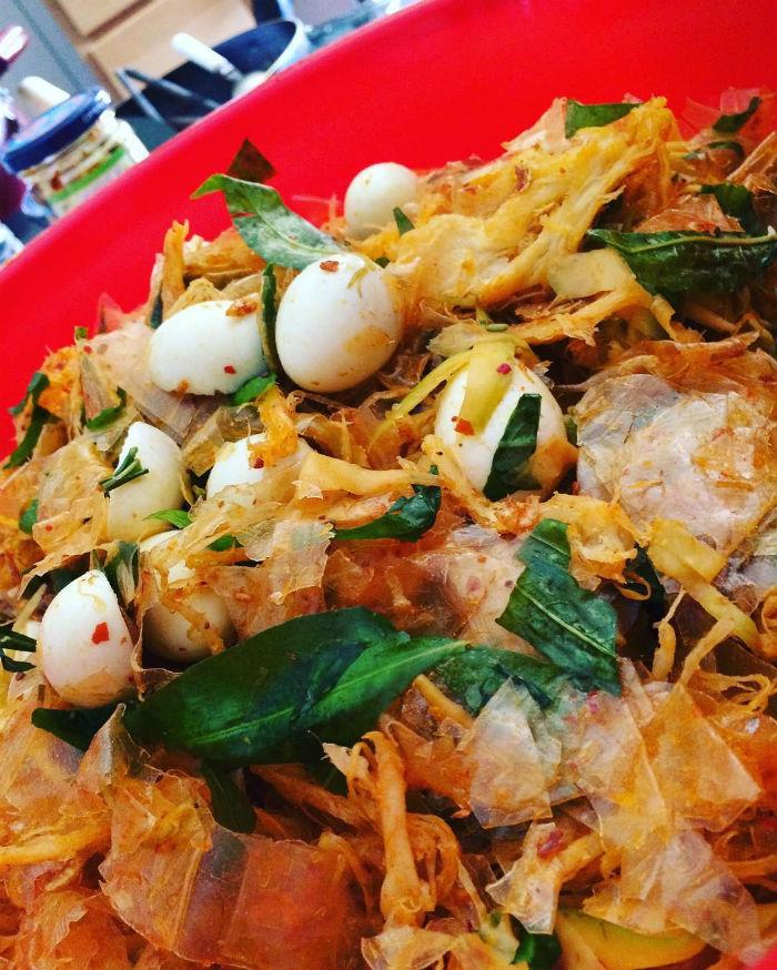 Bánh tráng trộn Sài Gòn, nét riêng của ẩm thực lề đường Sài thành
