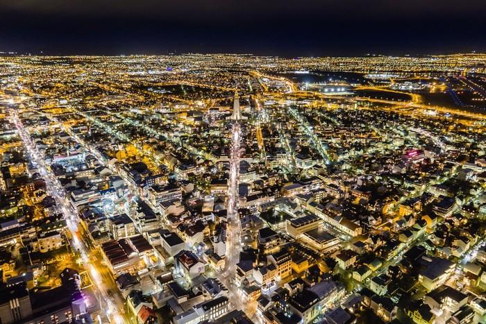 Những ánh đèn rực rỡ ở thủ đô Reykjavík của Iceland khi màn đêm buông xuống