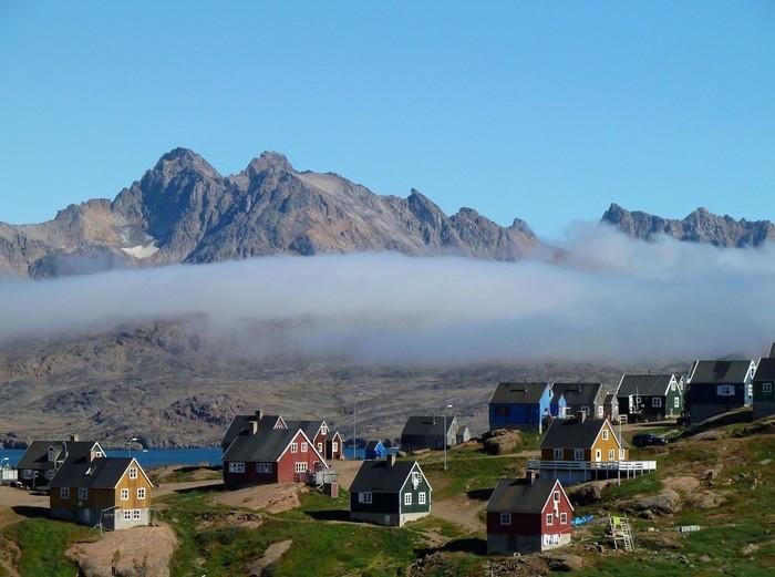 Những ngày hè cỏ mọc xanh rờn hiếm hoi ở làng Tasiilaq, phía Đông Greenland
