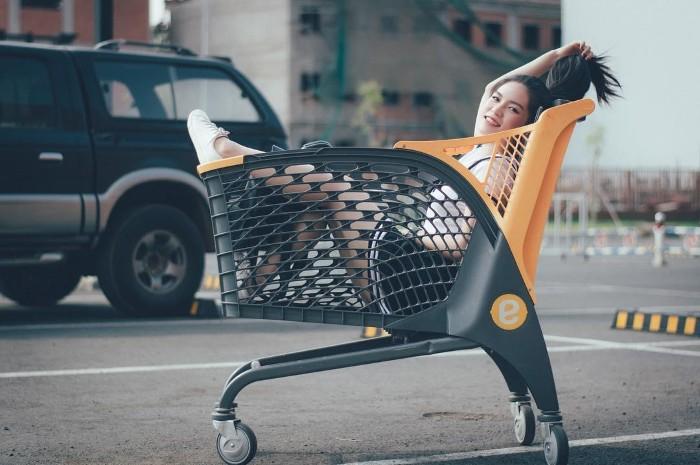 Cực nhắng nhít bên chiếc xe đẩy độc đáo của Emart - Ảnh: @richaddam.photography