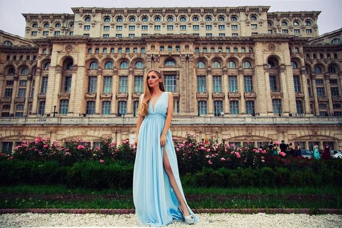 Những chiếc váy dạ hội cầu kỳ nền được nằm trong blacklist trang phục khi đi du lịch