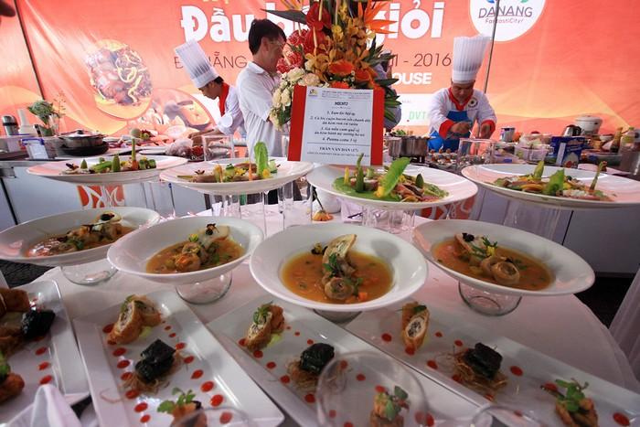 20 đội thi đến từ Đà Nẵng, Kon Tum, Nha Trang, TP.HCM, Huế cùng nhau tranh tài. Trong đó, nhiều đầu bếp từng học tại trường hướng nghiệp Á Âu. Mỗi đội có 150 phút để chế biển ra bàn tiệc 4 món.