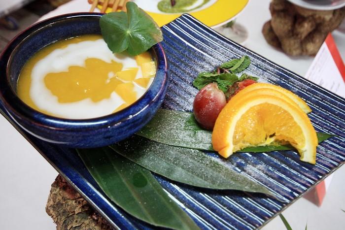Các đầu bếp tham gia cuộc thi là đầu bếp tại các nhà hàng, khách sạn lớn. Trong hình là món chè xoài quê nhà.