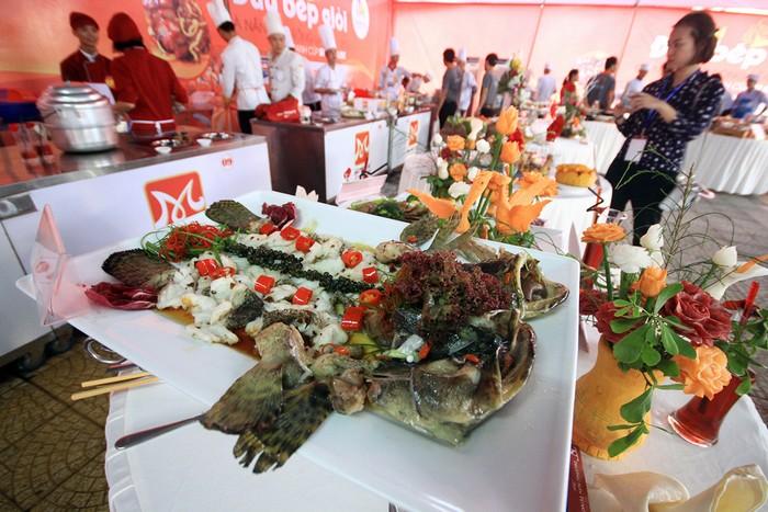 Món cá mú hấp xì dầu được trang trí đẹp mắt. Theo ban tổ chức, cuộc thi nhằm quảng bá nét đẹp ẩm thực, con người Đà Nẵng nói riêng, Việt Nam nói chung đến du khách và bạn bè quốc tế.