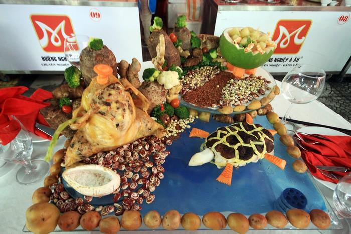 Món gà rút xương, cá xốt măng nấm tươi, gỏi bưởi tôm trên một bàn tiệc.