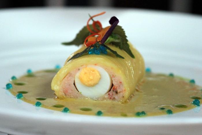 Món chè trứng Hồng trà được đầu bếp chế biến tinh tế. Các giám khảo mất khá nhiều thời gian để thẩm định các món ngon của 20 bàn tiệc.