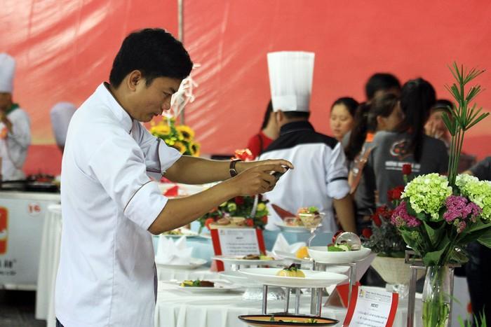 Nhiều đầu bếp đến tham gia cuộc thi tranh thủ chụp lại những món ngon của đồng nghiệp để học hỏi thêm.