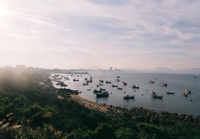 Nhìn thấy cả vịnh biển và làng chài bình yên - Ảnh: chupanhdao.com