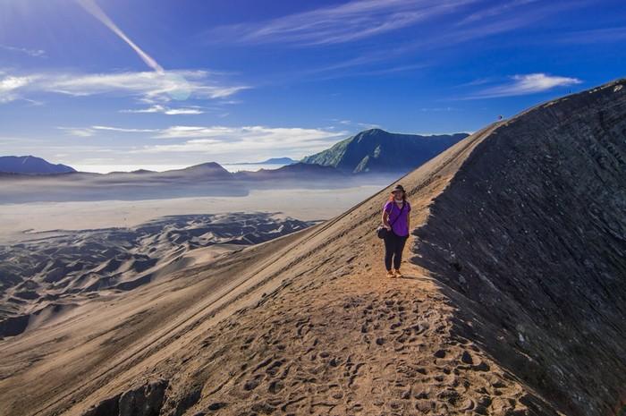 Ở Indonesia, Hằng băng qua sa mạc để bước đi trên con đường mòn quanh miệng núi lửa Bromo, cảm giác một nỗi sợ về việc mất thăng bằng ngã xuống đáy vực đen ngòm bên dưới, cùng cảm xúc kích thích các mạch máu chạy lên tận não khiến cô nghẹt thở.