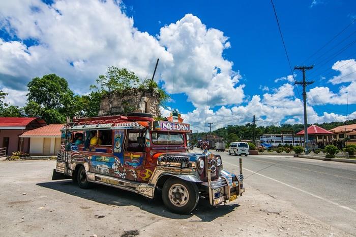 Những chiếc xe Jeepney sặc sỡ luôn mở nhạc rộn ràng đưa du khách ngao du thành phố Manila là trải nghiệm Hằng tư vấn bạn nên thử
