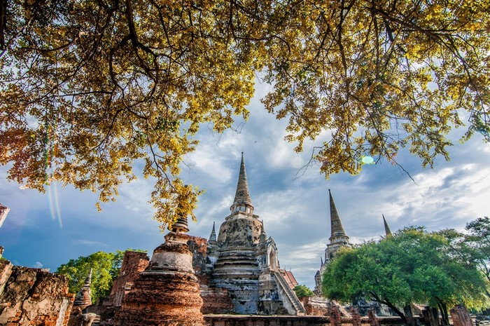 Với cô gái 8X, Thái Lan có nhiều điều thú vị hơn một Bangkok tấp nập. Ayutthaya với những đỉnh tháp chùa một thời vàng son là mảnh trời riêng, thanh bình và hoài cổ.