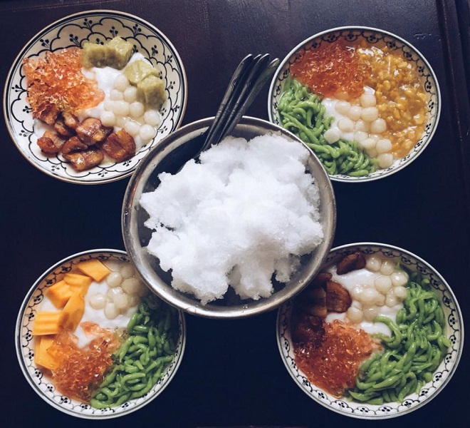 Chè Thái:Là món ăn quen thuộc nhưng chưa bao giờ hết sức hút trong danh sách các món ăn vặt ở Hà Nội, chè Thái có thể dễ dàng được tìm thấy ở bất kỳ chợ nào hoặc những khu quà vặt nhộn nhịp