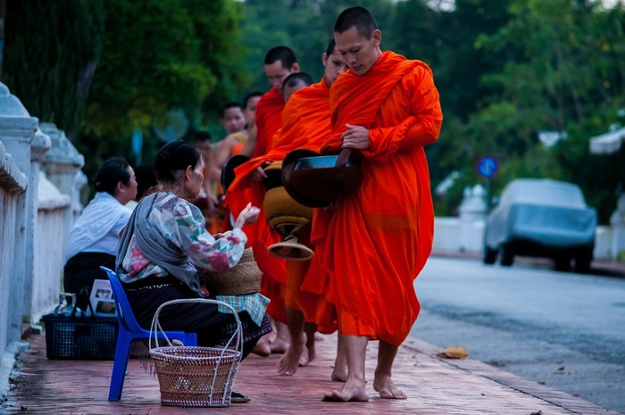 Ở Lào, sáng nào Hằng cũng dậy sớm xem lễ khất thực vào buổi sáng giữa phố cổ Luang Prabang, trò chuyện với các chú tiểu, ăn món phở kiểu Lào.
