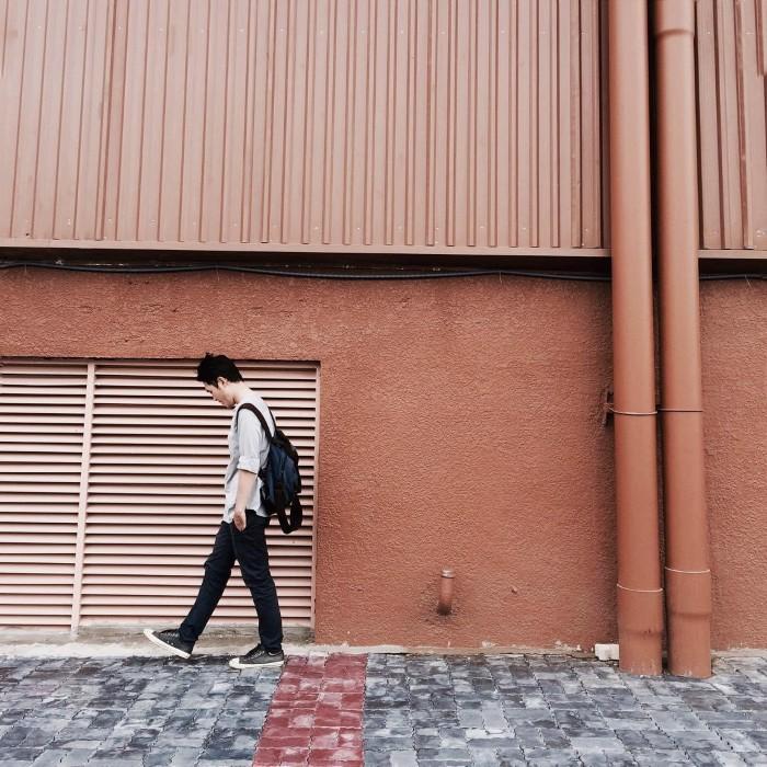 Mảng tường cam Emart – background tuyệt vời cho những bức ảnh đúng chất OOTD - Ảnh: @lucasdyons