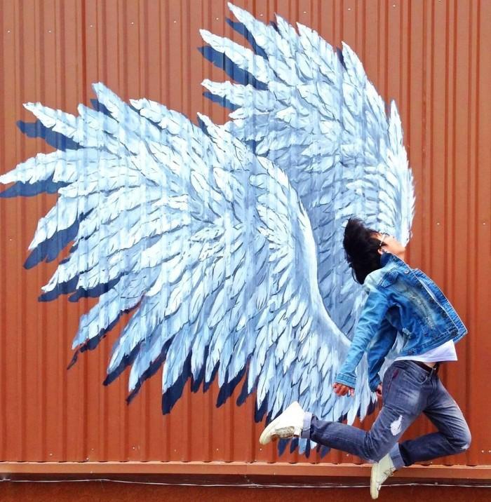 Bung xõa với đôi cánh thiên thần tại Emart - Ảnh: @songdaeahn
