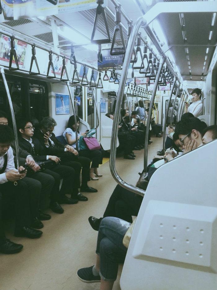 Một chuyến tàu điện ở trung tâm Tokyo
