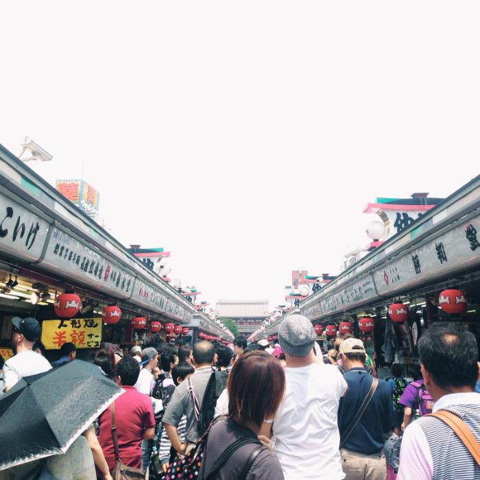 Con đường dẫn vào đền Sensoji cực kỳ đông đúc