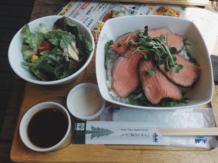 Cơm thịt bò ở một nhà hàng bên sông Sumida