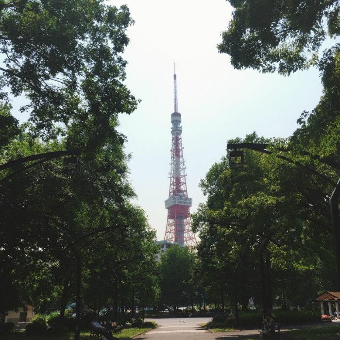 Tháp Tokyo với màu đỏ đặc trưng nổi bật giữa thủ đô
