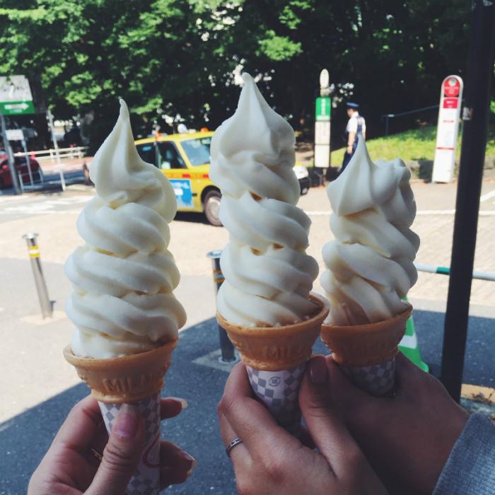 Thưởng thức kem dưới tháp Tokyo