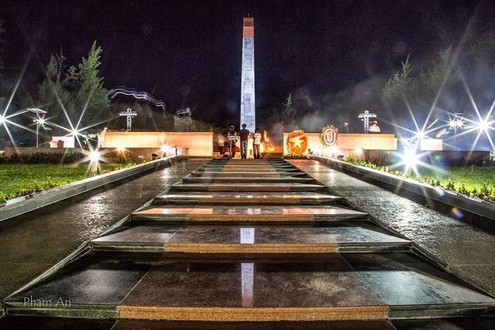 Đài tưởng niệm nghĩa trang Hàng Dương