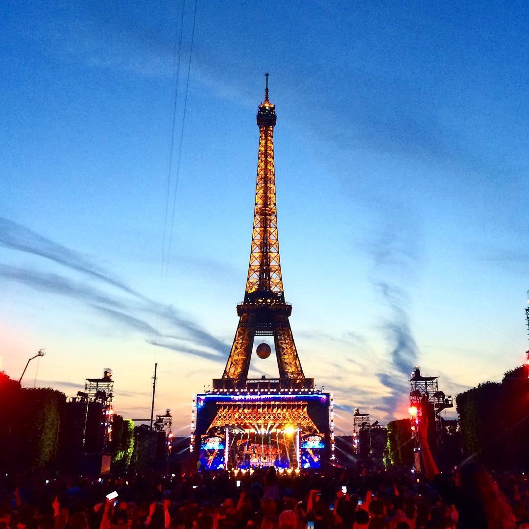 Là tháp Eiffel tráng lệ với quả bóng Euro