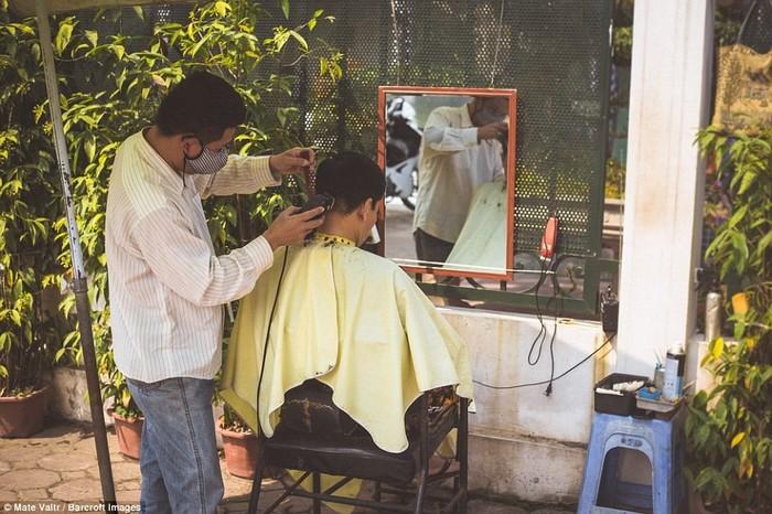 Tiệm cắt tóc dung dị bên đường