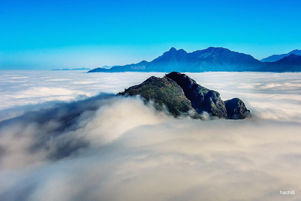 Ban ngày có thể nhìn thấy mây trắng muốt bồng bềnh quanh núi