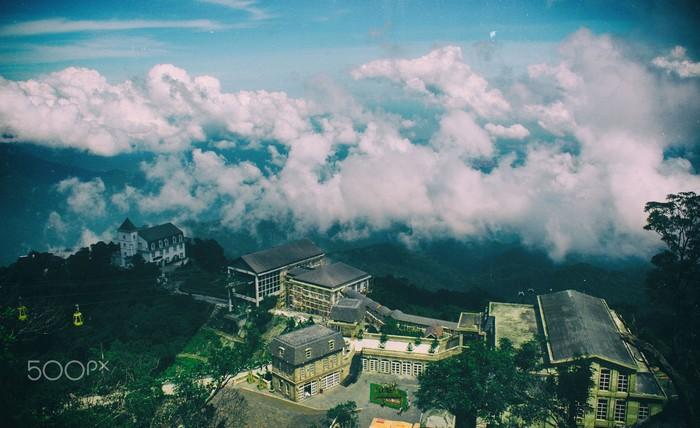 Bà Nà sương bay mây hững hờ vắt ngang lưng núi