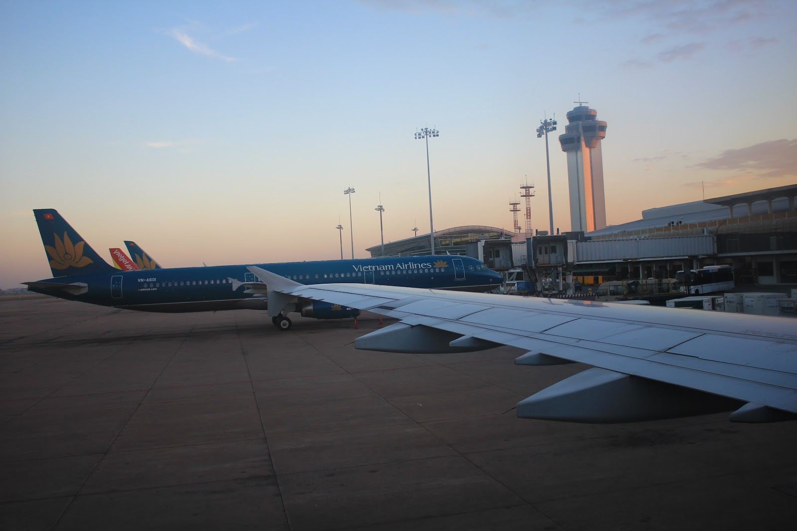 Đi máy bay thì nên chọn ghế gần cửa sổ và khu vực cánh