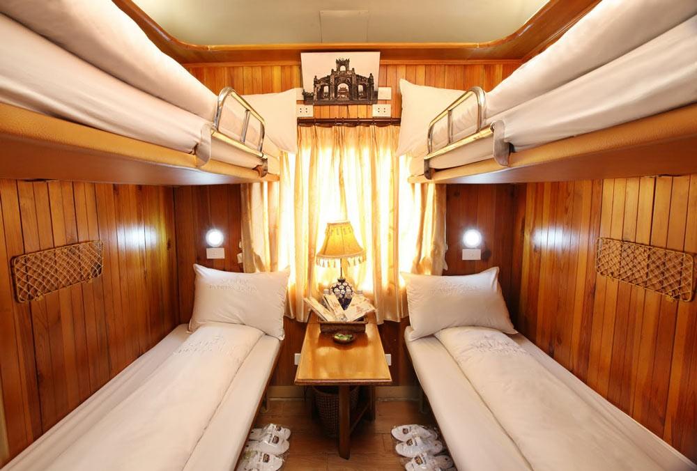 Trong toa nằm, nên chọn giường tầng dưới sẽ thoải mái hơn