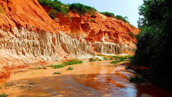 Suối Tiên hoang dã với những vách đá vôi dựng ngược