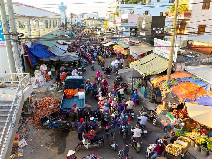 Một góc chợ Phú Quốc nhộn nhịp nhìn từ trên cao